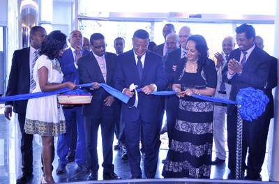 Ethiopian President Mulatu Teshome cutting the ribbon